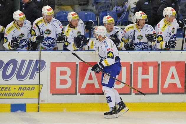 Hráči Brna se radují z gólu. Uprostřed autor vyrovnávací branky Jozef Kováčik.