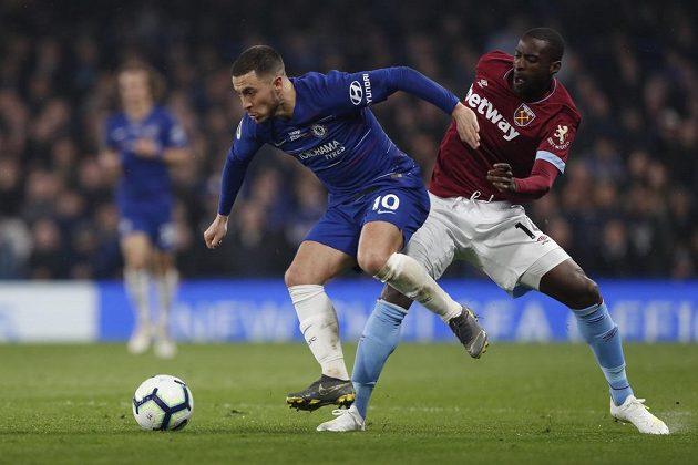 Eden Hazard (vlevo) z Chelsea v souboji s Pedrem Obiangem z West Hamu.