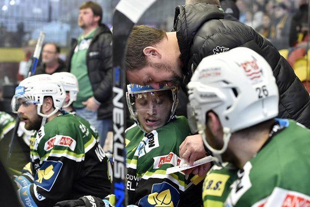 Trenér Karlových Varů Karel Mlejnek uděluje pokyny hráčům.
