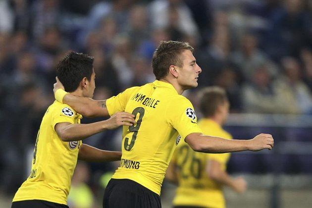 Útočník Borussie Dortmund Ciro Immobile slaví se spoluhráčem Šindžim Kagawaou (vlevo) gól na hřišti Anderlechtu Brusel.