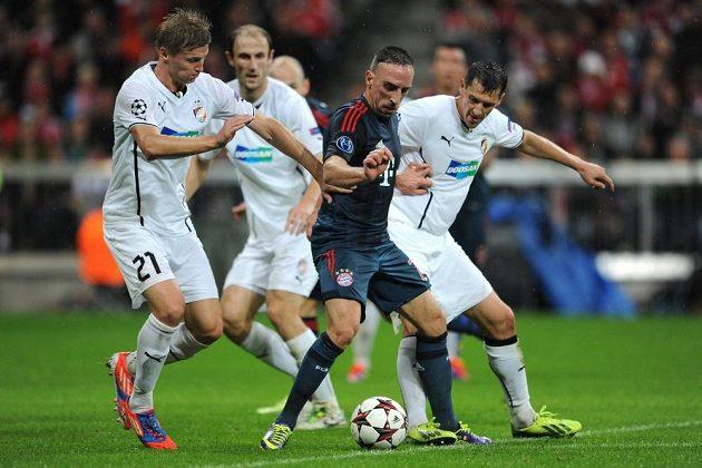 Franck Ribéry z Bayernu (uprostřed), Václav Procházka a Marián Čišovský z Plzně během duelu základní skupiny Ligy mistrů.