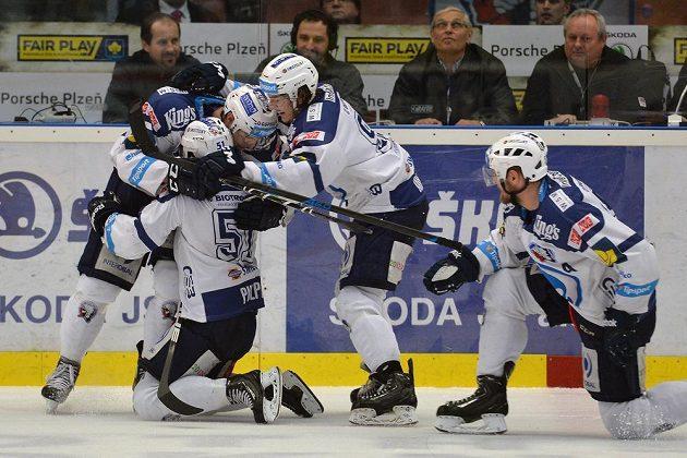 Plzeňští hokejisté se radují z vyrovnávacího gólu proti Spartě, který vstřelil Lukáš Pulpán (druhý zleva).