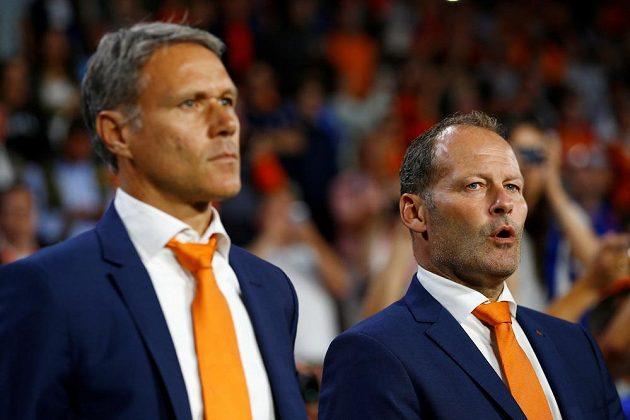 Asistent trenéra Marco van Basten (vlevo) a hlavní trenér Danny Blind (vpravo).