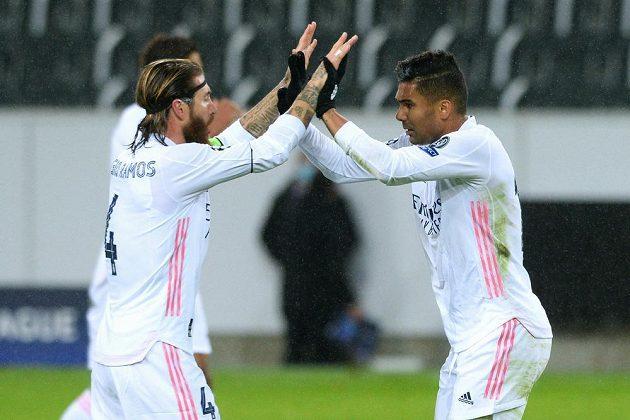 Fotbalista Realu Madrid Casemiro slaví vyrovnávací gól na půdě Mönchengladbachu v utkání Ligy mistrů. Gratuuje mu kapitán Sergio Ramos.