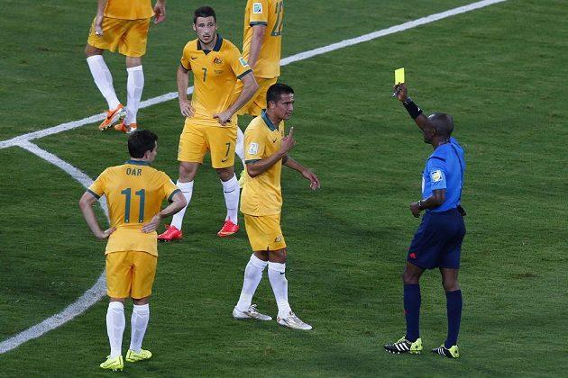 Australský záložník Tim Cahill dostává diskutabilní žlutou kartu v duelu proti Chile.