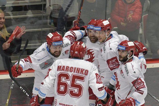 Hokejisté Třince se radují z druhého gólu v plzeňské síti během semifinále play off.