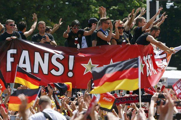 Každý z příznivců si chtěl s německými šampióny alespoň plácnout.