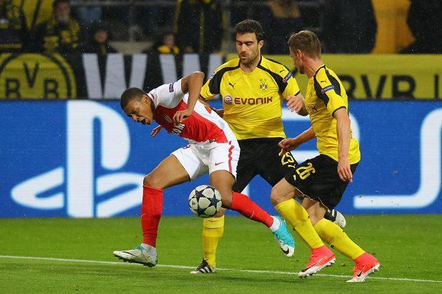 Dortmundský Sokratis Papastathopoulos (uprostřed) v kontaktu s Kylianem Mbappém, po střetu se pískala penalta. Vpravo Lukasz Piszczek.