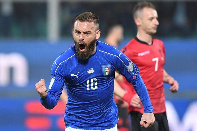 Ital Daniele de Rossi se raduje po gólu proti Albánii.