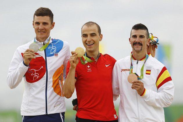Medailistá ze závodu bikerů: Zlatý Nino Schurter (uprostřed), stříbrný jaroslav Kulhavý (vlevo) a bronzový Carlos Coloma.