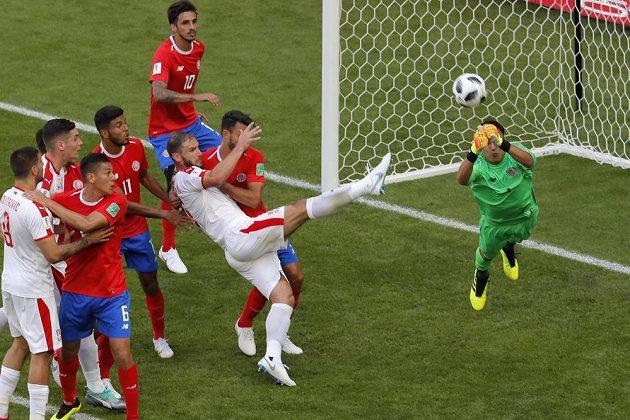 Kostarický brankář Keylor Navas vyráží míč směřující do pokutového území v utkání MS se Srbskem.