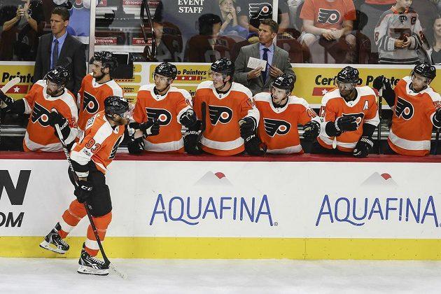 Hokejový útočník Philadelphie Jakub Voráček slaví gól se spoluhráči v přípravném utkání na nový ročník NHL. Letci vyhráli nad Bostonem Bruins