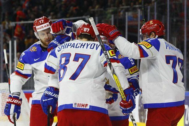 Vadim Šipačov, střelec úvodní branky sborné v utkání proti Německu, se raduje se spoluhráči.