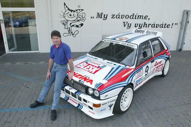 Tomáš Vavřinec s kocourem a Lancií Delta Integrale.
