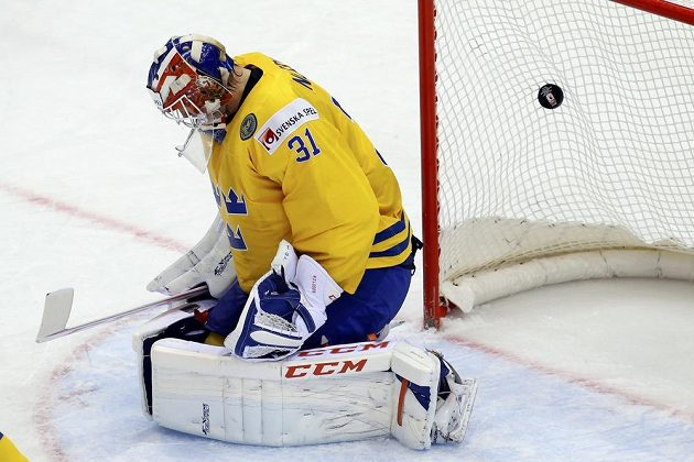 Překonaný švédský gólman Anders Nilsson po střele Jiřího Hudlera.