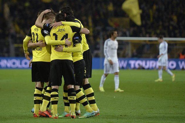 Marco Reus slaví se svými spoluhráči z Dortmundu gól proti Realu Madrid v odvetě čtvrtfinále Ligy mistrů.