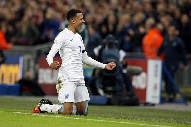 Anglický fotbalista Dele Alli slaví gól proti Francii v přátelském utkání ve Wembley.