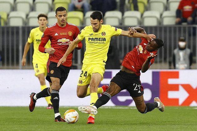 Alfonso Pedraza z Vilarreallu v souboji s Aaronem Wan-BIssakem z Manchesteru United