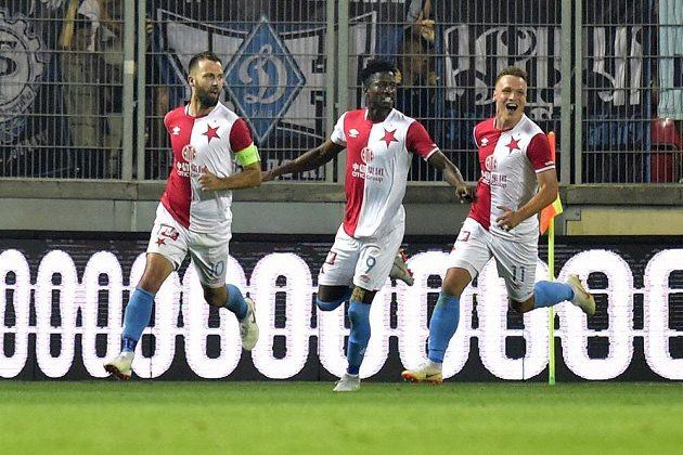 Hráči Slavie se radují z vyrovnávacího gólu z penalty, který dal Josef Hušbauer (vlevo). Uprostřed je Simon Deli, vpravo Stanislav Tecl.