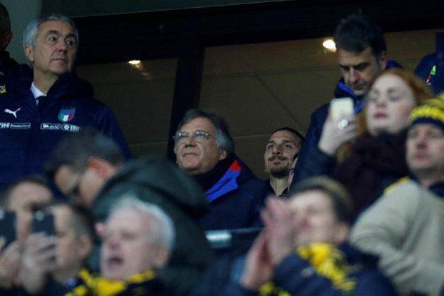 Zadumaný Zlatan Ibrahimovic sleduje první barážový duel Švédska s Itálií.