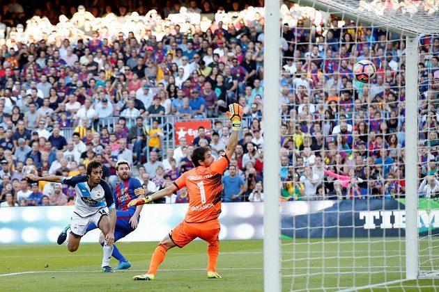 Lionel Messi (uprostřed) z Barcelony střílí gól v ligovém utkání proti Deportivu La Coruňa.