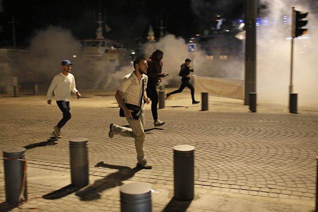 I běžní civilisté museli utíkat před slzným plynem, který policie použila na výtržníky.