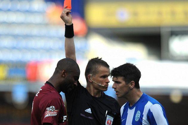 Léonard Kweuke ze Sparty Praha dostává červenou kartu za zákrok na Radka Dosoudila.
