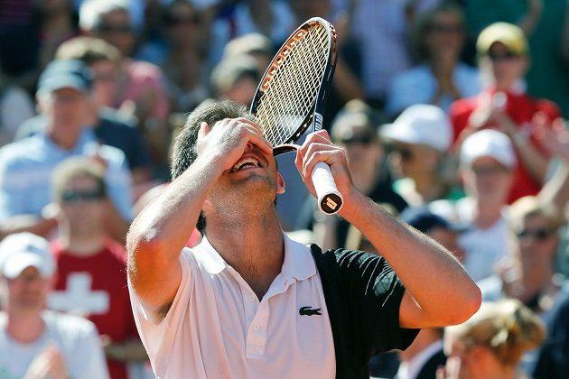 Argentinský tenista Federico Delbonis se raduje z vítězství nad Švýcarem Rogerem Federerem.