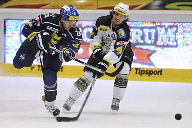 Martin Zaťovič z Karlových Varů (vpravo) se snaží zastavit kladenského Jana Eberleho.
