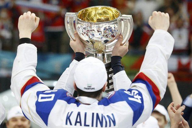 Ruští hokejisté slaví s pohárem pro mistry světa.
