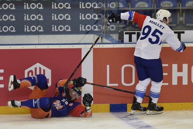 Jarkko Malinen na lopatkách po střetu s Alexandrem Malletem z Brna. Tak jako celá Tappara Tampere v měření sil s českým mistrem.