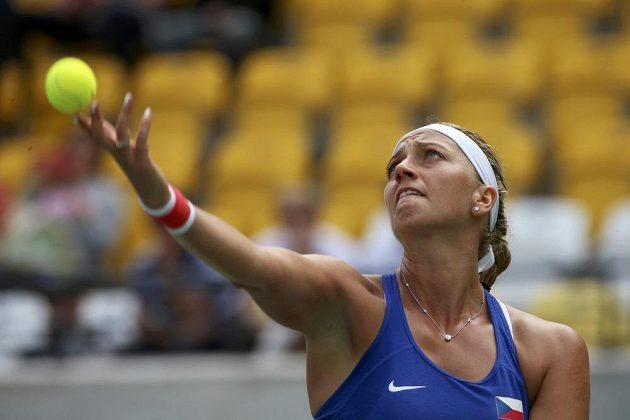 Tenistka Petra Kvitová servíruje v zápae proti Monice Puigové.