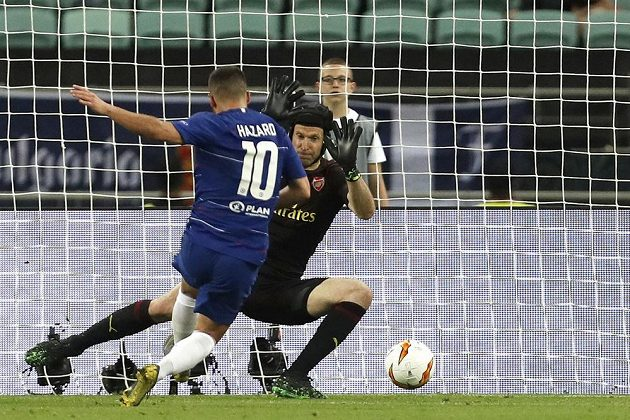 Eden Hazard střílí Petru Čechovi čtvrtý gól ve finále Evropské ligy.