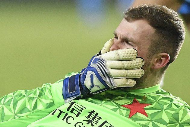Otřesený brankář Slavie Ondřej Kolář po srážce s hráčem Zenitu Petrohrad.