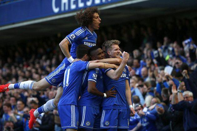 Andre Schürrle (vpravo) oslavuje se spoluhráči z Chelsea gól vstřelený Arsenalu.
