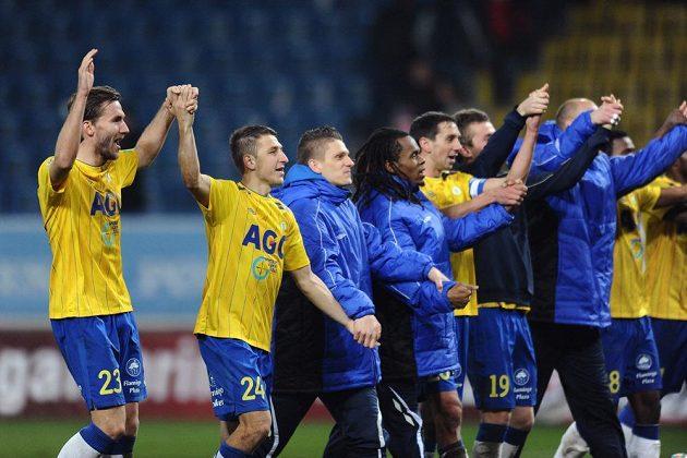 Střelec teplického gólu Jan Hošek (vlevo) oslavuje se spoluhráči vítězství nad Slavií.