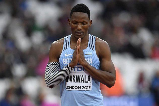 Isaac Makwala se soustředí před svým startem na dvoustovce.