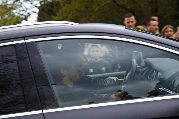 Hráči Leicesteru Shindži Okazaki a Gokhan Inler přijíždějí do domu Jamieho Vardyho, aby společně sledovali boj konkurenčního Tottenhamu na hřišti Chelsea.