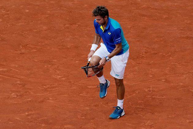 Já se s tebou nebudu zlobit. Stan Wawrinka při finále French Open s Rafalem Nadalem zažil těžké chvilky.