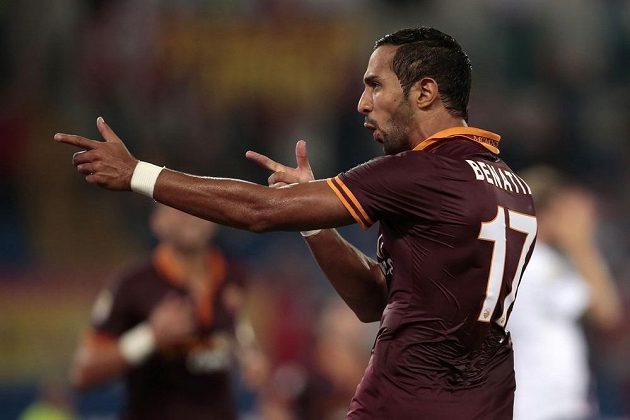 Mouttaqui Benatia z AS Řím slaví gól proti Boloňi.