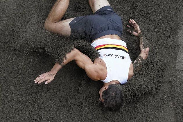 Belgický desetibojař Thomas Van Der Plaetsen leží po pádu bezvládně v písku.