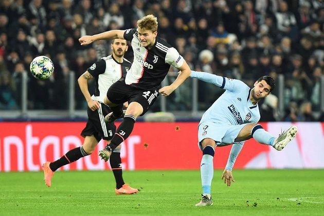Fotbalista Matthijs de Ligt z Juventusu v akci během utkání Ligy mistrů.