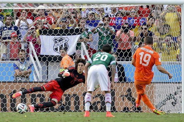 Mexický gólman Guillermo Ochoa nevystihl směr pokutového kopu Nizozemce Klaase-Jana Huntelaara, který zařídil Tulipánům postup do čtvrtfinále MS.