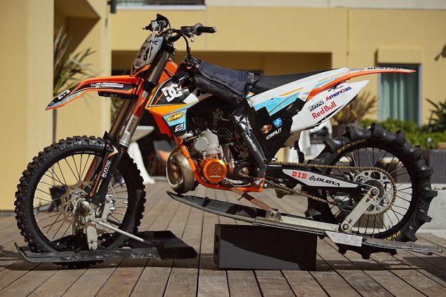 Speciálně upravená KTM pro jízdu ve vodě.