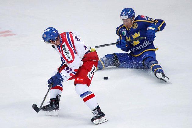 Švéd Andreas Engqvist v nehokejové pozici, stínuje mu Martin Erat.