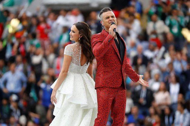 Pěvecké duo Robbie Williams a Aida Garifullinová během zahájení MS.