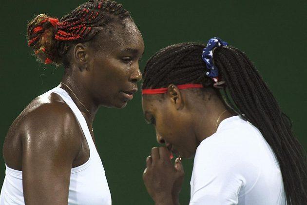 Americké sestry Serena Williamsová (vpravo) a Venus během zápasu proti českému páru Barbora Strýcová, Lucie Šafářová.