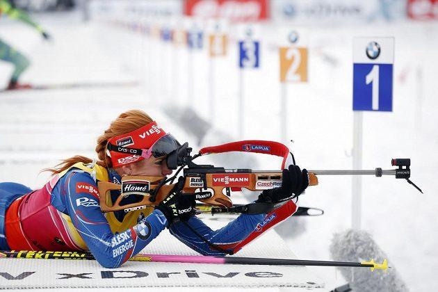 Česká biatlonistka Gabriela Soukalova při střelbě vleže během čtvrtečního sprintu.