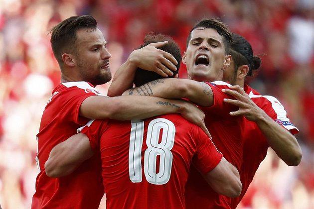 Radost švýcarských fotbalistů poté, co Admir Mehmedi vyrovnal skóre v utkání proti Rumunsku.