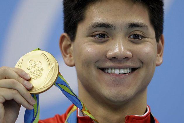 Singapurec Joseph Schooling pózuje se zlatou medailí.